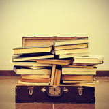 在手提箱的书 库存照片