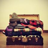 在手提箱的温暖的衣裳 免版税库存图片