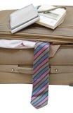 在手提箱的血压计有领带的关闭  库存照片