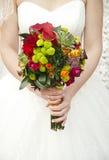在手新娘的美丽的婚礼花束 库存图片