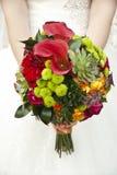 在手新娘的美丽的婚礼花束 库存照片