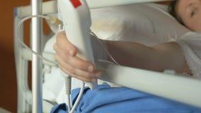 在手术以后的被用尽的妇女不可能按一个紧急按钮 股票录像