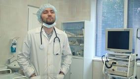 在手术以后的疲乏和生气男性医生 免版税图库摄影