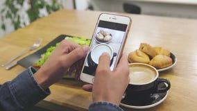 在手机屏幕的食物照片 有智能手机的特写镜头男性手 股票录像