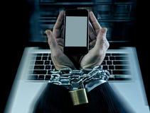 在手机瘾使上瘾工作锁着和束缚的商人的手 免版税库存照片