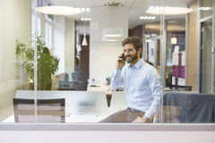 在手机的一个偶然商人在露天场所办公室 免版税库存图片