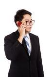在手机的亚洲商人谈话 免版税库存照片