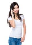 在手机的亚洲妇女闲谈 免版税图库摄影
