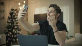在手机的商人网上视频通话在xmas家 股票录像