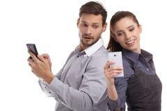 在手机的夫妇和秘密消息 库存照片