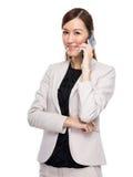 在手机的女商人谈话 免版税库存图片