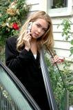 在手机的女性秀丽 免版税图库摄影