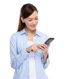 在手机的妇女接触 免版税库存图片