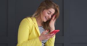 在手机的愉快的妇女正文消息 股票录像