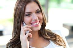 在手机的美丽的女性商业主管 免版税图库摄影