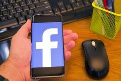 在手机的Facebook商标 免版税图库摄影