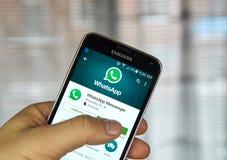 在手机的Whatsapp流动应用 库存图片