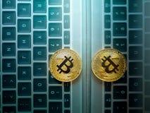 在手机隐藏货币背景c的金黄bitcoin硬币 免版税库存照片