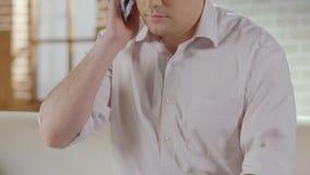 在手机,用户支持的男性拨的数字和有交谈 影视素材