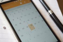 在手机组织者的电子日历 库存照片