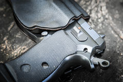 在手枪皮套的手枪 免版税库存图片