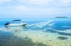 在手段前面的一条小船在马尔代夫 库存图片