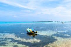 在手段前面的一条小船在马尔代夫 免版税库存图片
