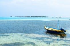 在手段前面的一条小船在马尔代夫 图库摄影