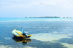在手段前面的一条小船在马尔代夫 库存照片
