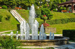在手段斯勒尼克摩尔多瓦的自流水喷泉 免版税库存照片