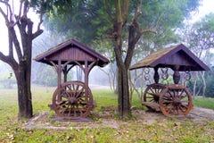在手段的古老推车和薄雾在冬天湄公河 免版税库存照片