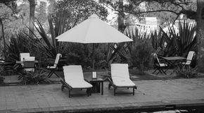 在手段的庭院的松弛椅子在芒市小室镇,越南 免版税库存图片