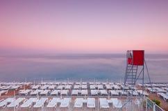 在手段的日落海滩。 免版税库存照片