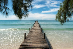 在手段的木码头在普吉岛,泰国 夏天,旅行, Vacat 免版税库存照片