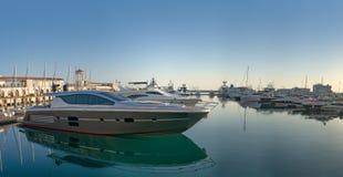 在手段的海港的美丽的游艇 库存照片
