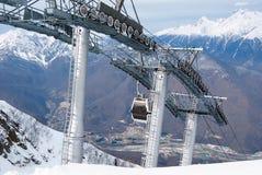 在手段的滑雪电缆车在山 库存图片