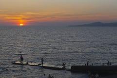 在手段解决爱德乐,索契的海滩的日落 免版税库存图片