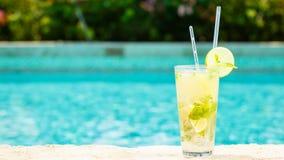 在手段水池的边缘的Mojito鸡尾酒 豪华的概念 库存图片