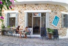 在手段panormos的希腊taverna,克利特 免版税库存照片