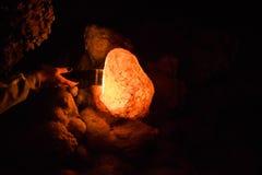 在手电射线的石笋 库存图片