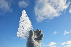 在手的透明的冰片断 库存照片