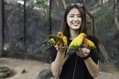 在手边享用与爱鸟和身体的亚裔美女 免版税图库摄影