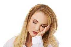 在手边休息她的头的美丽的妇女 免版税库存照片