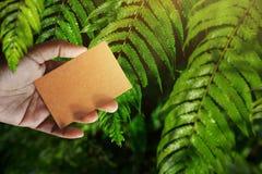 在手边名片大模型,工艺回收纸,侧视图, Bl 免版税图库摄影