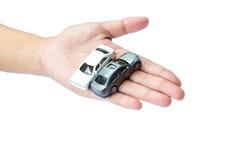 在手边意味为保证保护盖子的汽车 库存照片