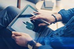 在手边拿着片剂和使用电子笔的商人,当工作在办公室时 感人的手指片剂屏幕 库存图片