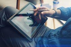 在手边拿着片剂和使用电子笔的商人,当工作在办公室时 被弄脏的背景 水平 库存照片