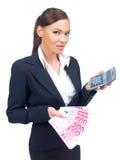 在手边显示金钱和计算器的女实业家 免版税库存照片