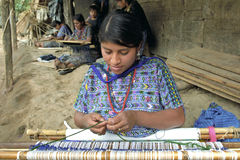 在手边编织织布机的画象拉丁美州的印地安妇女 免版税库存照片
