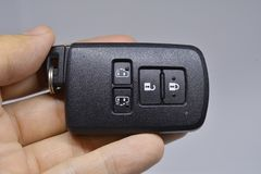 在手边锁并且打开并且打开与遥远的钥匙的车门幻灯片 库存照片